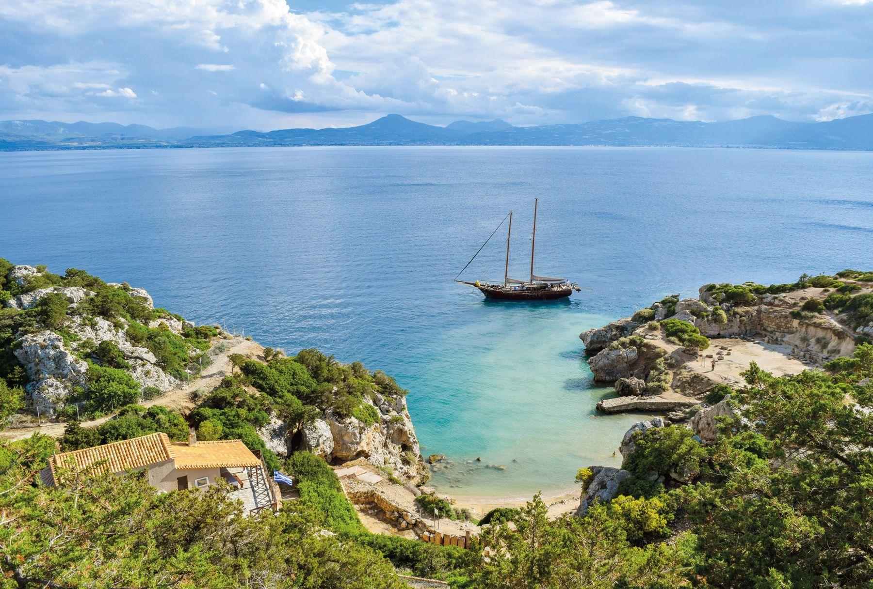 Griechenland Peleponnes Olympia Segelyacht in kleinen Bucht iStock910633702 web