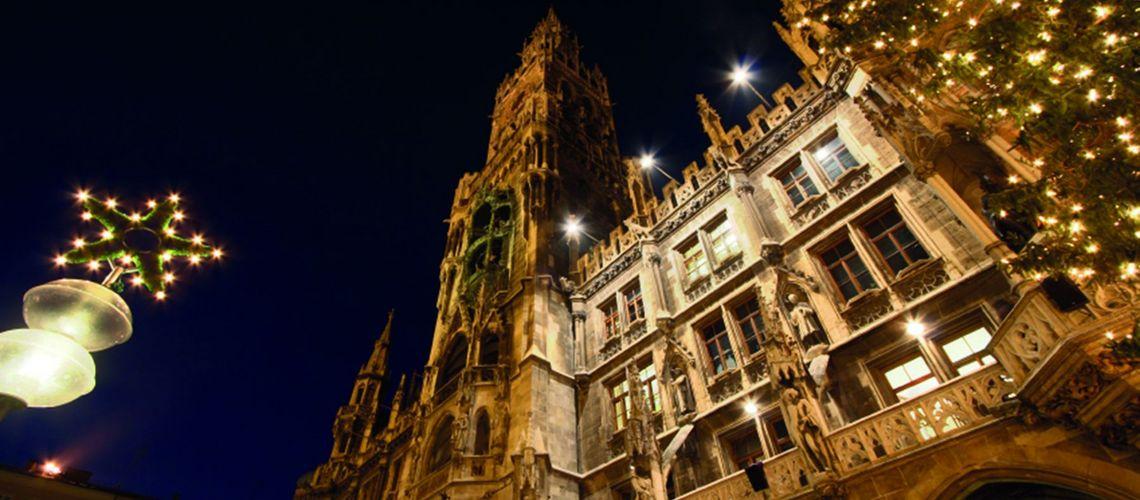 Aufgrund der Raumnot im Alten Rathaus und im Kleinen Rathaus am Petersbergl (1944 zerstört) wurde die Errichtung eines Neubaus beschlossen. In Erinnerung an die bürgerliche Hochblüte während der Gotik fiel die Wahl auf einen Entwurf im neugotischen Stil, wodurch ein eigenständiger architektonischer Akzent im Gegensatz zu den Bauten des Königshauses gesetzt wurde.