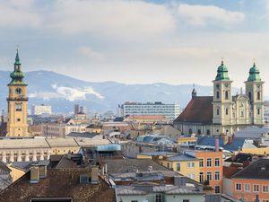 Der römisch-katholische Alte Dom ist eine Kirche im Rathausviertel der oberösterreichischen Landeshauptstadt Linz. Der Dom, der bis zum Bau des Mariä-Empfängnis-Doms als Ignatiuskirche bekannt war, wurde von 1669 bis 1678 gebaut.